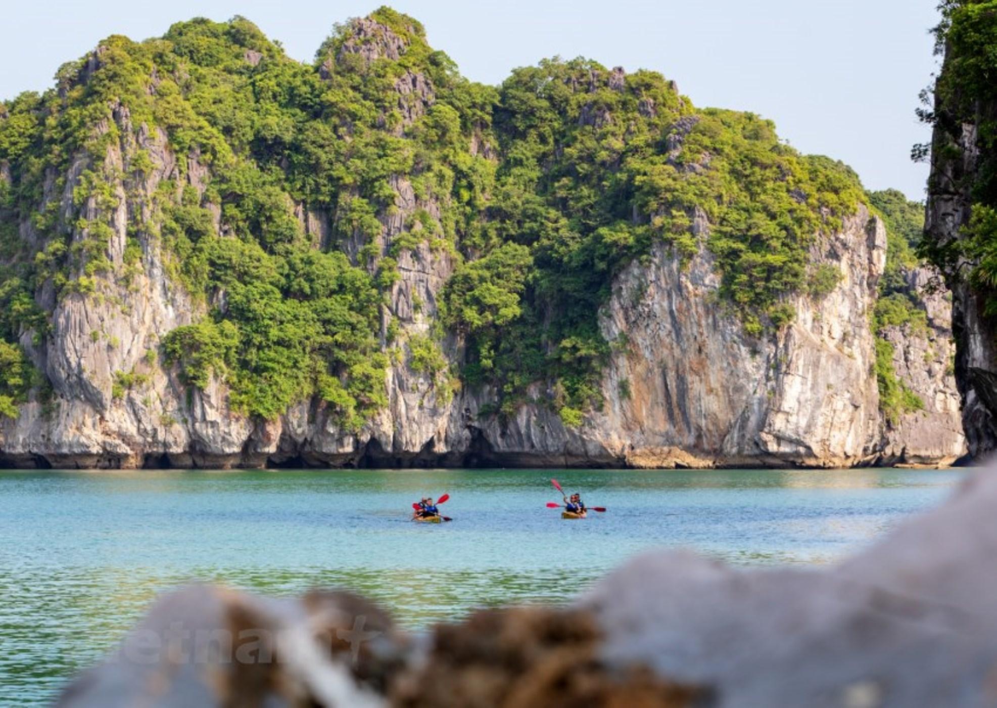 Cát Bà đẹp và thơ mộng, là hòn đảo lớn nhất trên tổng số 1.969 đảo trên vịnh Lan Hạ. Không chỉ sở hữu vẻ đẹp hoang sơ, trên đảo Cát Bà còn có nhiều điểm 'check-in' tuyệt đẹp không nên bỏ lỡ. (Ảnh: Mai Mai/Vietnam+)