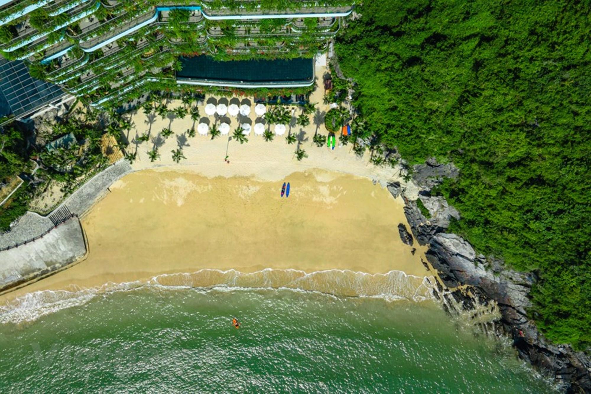 Cát Bà đẹp và thơ mộng, là hòn đảo lớn nhất trên tổng số 1.969 đảo trên vịnh Lan Hạ. Không chỉ sở hữu vẻ đẹp hoang sơ, trên đảo Cát Bà còn có nhiều điểm 'check-in' tuyệt đẹp không nên thể bỏ lỡ trên hành trình khám phá 'đảo ngọc.' (Ảnh: Mai Mai/Vietnam+)