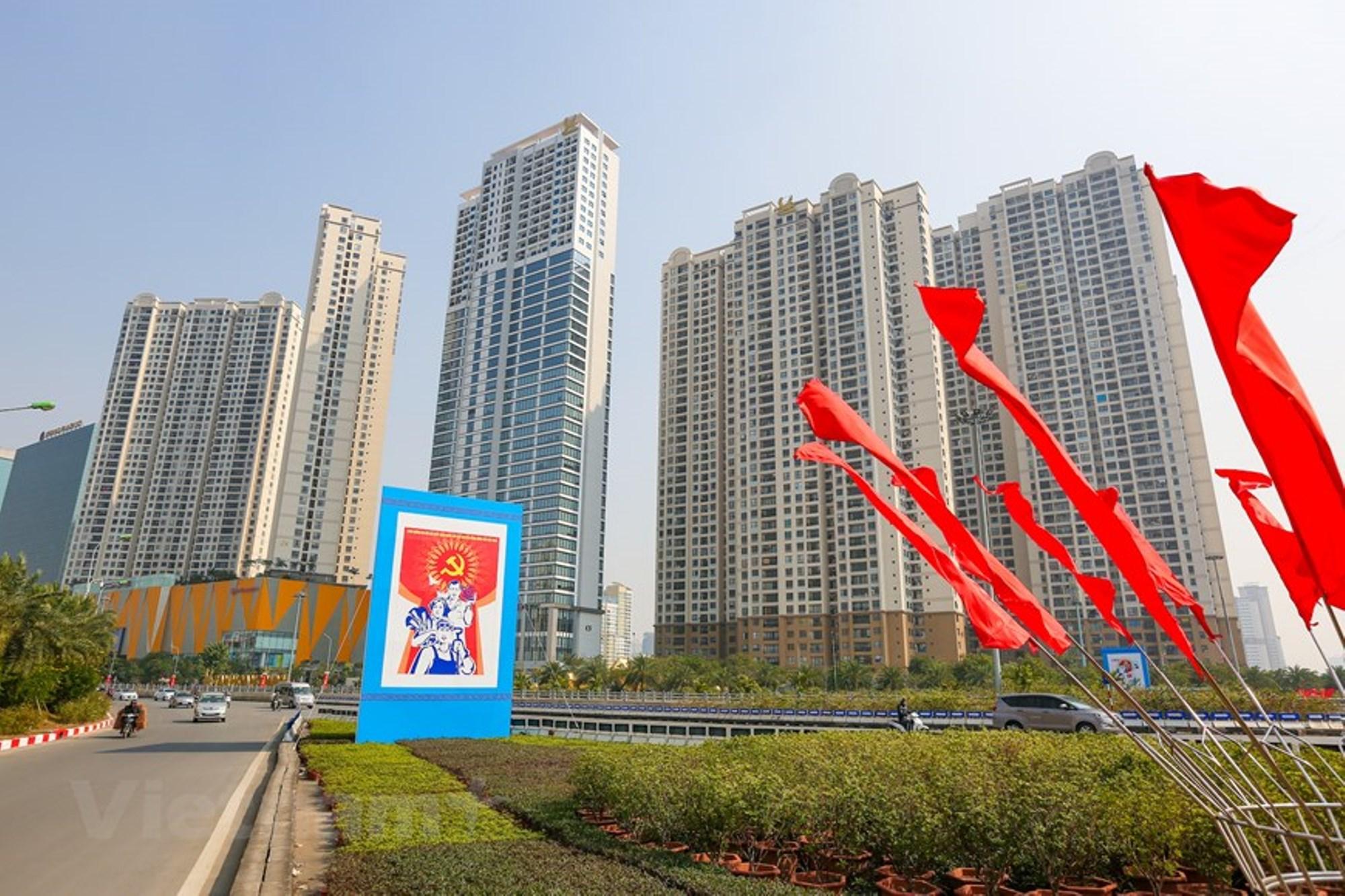 Những tấm pano, áp phích được trưng lên trước các công trình mới của Thủ đô. (Ảnh: Minh Sơn/Vietnam+)