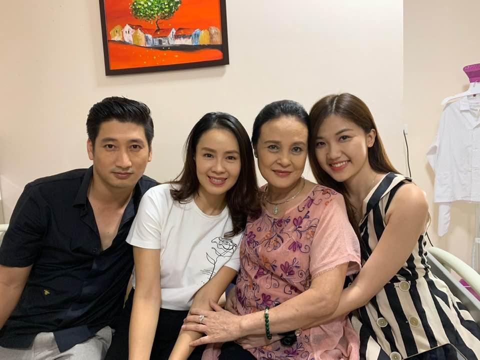Nghệ sỹ Hoàng Cúc và dàn diễn viên phim Hoa hồng trên ngực trái. (Ảnh nhân vật cung cấp)